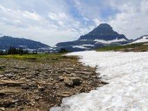 Allant à la route de Sun, vue du paysage, champs de neige en parc national de glacier autour de Logan Pass, lac caché, traînée de Images stock