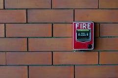 Allarme antincendio sul nero del muro di mattoni Immagini Stock Libere da Diritti