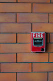 Allarme antincendio sul nero del muro di mattoni Fotografia Stock Libera da Diritti