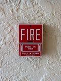 Allarme antincendio sulla parete bianca fotografie stock libere da diritti