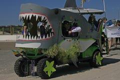 Allarme dello squalo della terra a Mardi Gras Parade scalzo Fotografie Stock Libere da Diritti