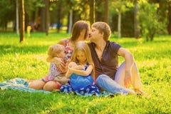 Allattamento al seno felice della famiglia Fotografie Stock Libere da Diritti