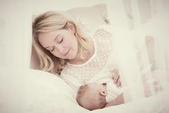 Allattamento al seno Madre con il bambino alimentazione immagini stock libere da diritti