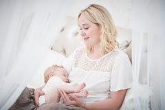 Allattamento al seno Madre con il bambino alimentazione immagini stock