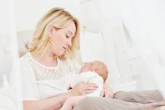 Allattamento al seno Madre con il bambino alimentazione fotografia stock
