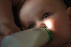 Allattare con il biberon sonnolento del bambino fotografia stock libera da diritti