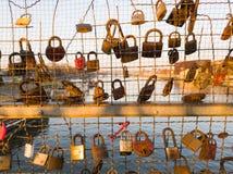 Alldeles av h?ngl?s p? bron i Cracow under solnedg?ng arkivfoton