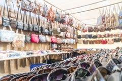 Alldeles av solglasögon och påsar på marknaden i Morro Jable, Fuerteventura, Spanien arkivfoto