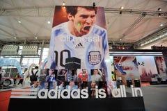 Alle Adidas stehen, adidas ist innen Stockfotografie
