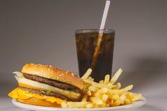 Alle amerikanische Mahlzeit! Der doppelte Cheeseburger, die Pommes-Frites und das alkoholfreie Getränk stockfotografie