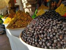 Alle Arten Oliven für Verkauf stockfotos