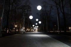 Allée de nuit avec des lumières de bulle Photographie stock libre de droits