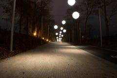 Allée de nuit avec des lumières de bulle Image stock