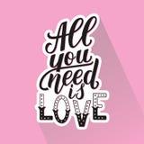 Alle, die Sie benötigen, ist Liebe Motivationszitat, Hand schriftliche Phrase für Drucke Stockfotos