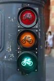 Alle drie lichten als verkeersteken in de stad stock fotografie
