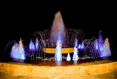 Alle fontane della citt?, potete riposare e rilassarti mentre esamini le nuove forme della corrente dell'acqua Fontana variopinta fotografie stock libere da diritti