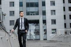 Alle gedaane dingen Tevreden en succesvolle zakenman met van royalty-vrije stock fotografie