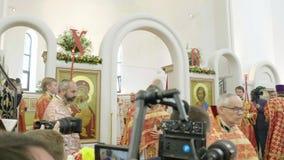 Alle Heilig-Kirche in Straßburg mit Journalisten und Priestern stock video footage