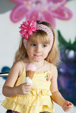 Mädchen, das eine köstliche Eiscreme isst. Er genießt sie. Stockfotos