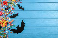 Alle Mehrfachverbindungsstelle heiligt Vorabend, behandelt für Halloween-Partei auf buntem Hintergrund lizenzfreies stockfoto