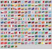 Alle nationale Weltwellenartig bewegenden Flaggen mit Namen - Vektorflagge der hohen Qualität lokalisiert auf grauem Hintergrund lizenzfreie abbildung