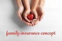 Alle Typen Versicherung Glückliche Familie, die rotes Herz hält stockfoto