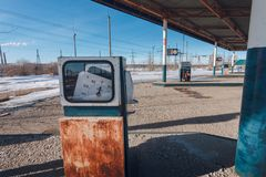 Alle vergessene rostige Tankstelle lizenzfreies stockfoto
