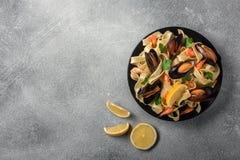 与蛤蜊意粉alle Vongole的传统意大利海鲜面团在石背景 免版税图库摄影