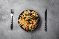 与蛤蜊意粉alle Vongole的传统意大利海鲜面团在石背景用虾和淡菜 免版税库存图片