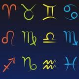 Alle zwölf Tierkreissymbole lokalisiert auf dunkelblauem Steigungshintergrund lizenzfreie abbildung