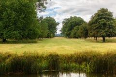 Allee in der englischen Landschaft auf einem Sommer ` s Tagesweg Lizenzfreie Stockfotos