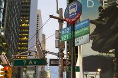7 Allee, keine Bus-Stellung, Straßenschilder der Vereinten Nationen in Manhattan, New York City Stockbild