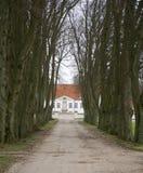 Allee am Landsitz-Haus Lizenzfreie Stockfotografie