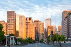 7. Allee und Gebäude von im Stadtzentrum gelegenem Seattle bei Sonnenuntergang Stockbild