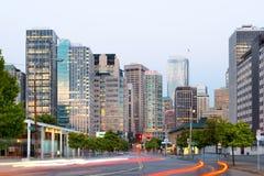 7. Allee und Gebäude von im Stadtzentrum gelegenem Seattle an der Dämmerung Lizenzfreie Stockfotos