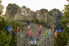 Allee von Flaggen beim Mount Rushmore Stockfotos