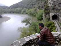 Alleen bij de rivier stock fotografie