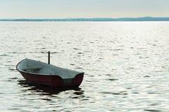 Alleen boot op Denemarken fyord op overzees met bewolkte hemel Royalty-vrije Stock Afbeeldingen