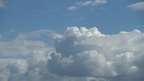 Alleen de lucht Schitterend panorama van de blauwe hemel met witte wolken Wolken vliegen overhead Full HD-tijdse laptop stock footage