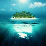 Alleen eiland in de oceaan Royalty-vrije Stock Foto