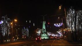 Alleen-Flieger verziert für Weihnachten in der Nacht stock footage
