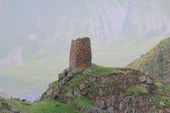 Alleen het verdedigen toren dichtbij Stepantsminda Stock Afbeelding