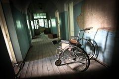 Alleen in het verlaten ziekenhuis Stock Fotografie