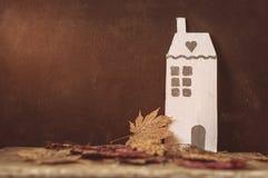 Alleen kartonhuis en droge bladeren Royalty-vrije Stock Afbeeldingen