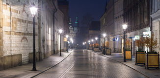Alleen straat in de tijd van de schemeringochtend stock fotografie