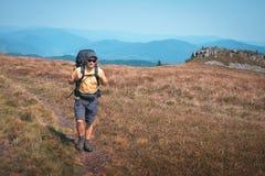 Alleen toerist die in de bergen wandelen royalty-vrije stock fotografie