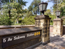 5. Alleen-U-Bahnstation, Züge N Q R, Central Park, Manhattan, NYC, NY, USA Stockfotografie