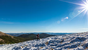 Alleen vrouw op piek in Karpatische bergen Royalty-vrije Stock Afbeelding