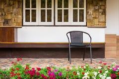 Alleen zwarte stoelen bij een huis het bedekken portiek Royalty-vrije Stock Foto