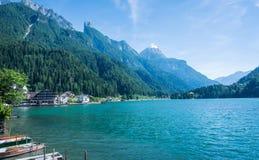 Alleghe, Belluno, Italy: powabna górska wioska lokalizować w unikalnym naturalnym położeniu przegapia swój fascynującego jezioro  fotografia royalty free